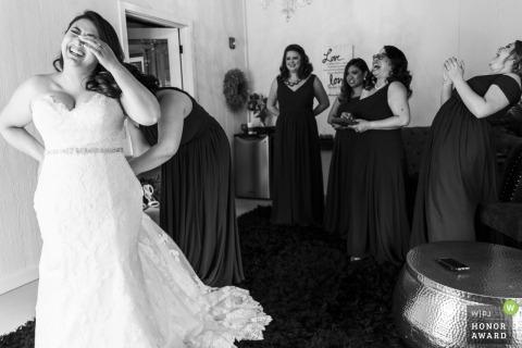 Hidden Meadows Seattle WA huwelijksfotograaf - bruidsmeisjes lachen samen met de bruid