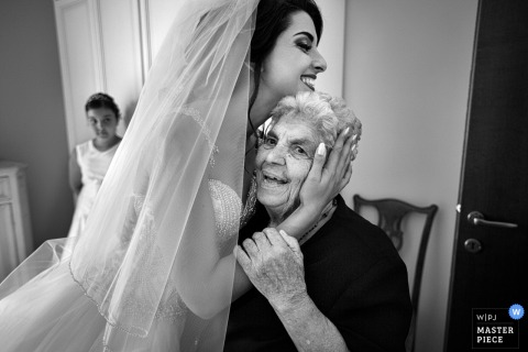Black-and-white picture of the bride hugging a relative before the ceremony in Calabria