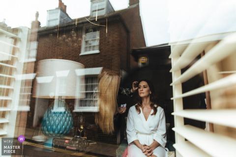 De buurt wordt weerspiegeld in deze foto van de bruid die haar make-up heeft toegepast bij The George in Rye, Verenigd Koninkrijk