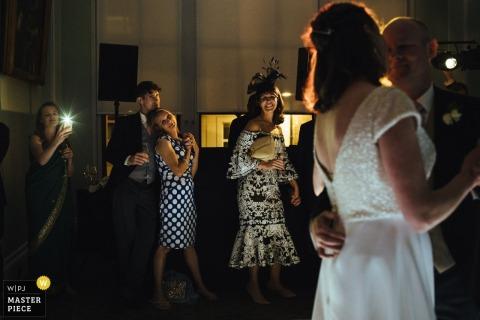 Die Gäste dieses Hochzeitsempfangs in Trinity House, London, sehen der Braut beim Tanzen zu