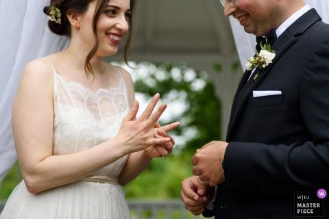 Photo de l'extérieur montrant les mariés qui se sourient l'un à l'autre lors du mariage à l'Auberge des Gallant, à Saint-Marthe, au Québec