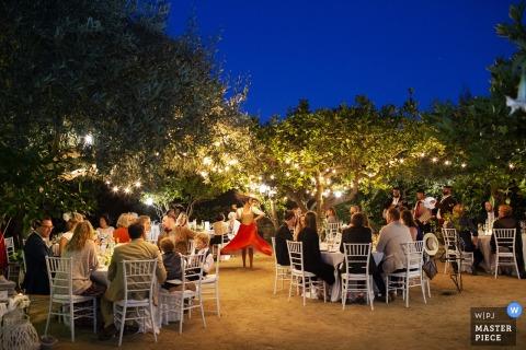 Buitenfoto van gasten bij de huwelijksontvangst Santa Flavia, Palermo, Sicilië