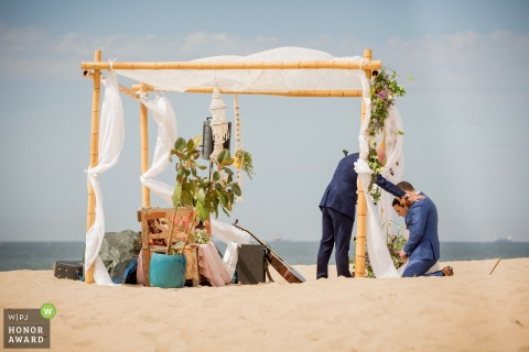Bride and groom at the beach for their ceremony | Strand Paviljoen Zuid, Scheveningen wedding photography