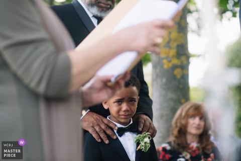 Foto van de ringdrager die de tranen tegenhoudt tijdens de ceremonie buiten in Ravello