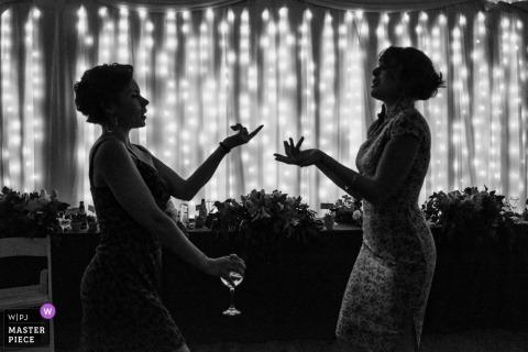 Novia y dama de honor hablando entre sí en la boda en Malibu, California