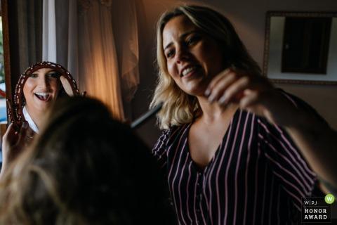 Praia do Rosa bride getting her make-up done | Santa Catarina - Brasil wedding photographer