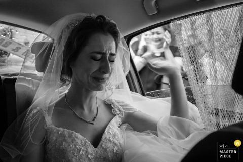 Tekirdag, la novia de Turquía se emociona cuando despide a los invitados después de la ceremonia de boda