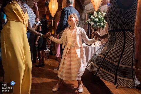 新澤西女孩在結婚宴會上與客人共舞