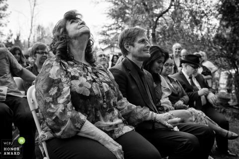 Gli ospiti californiani sorridono mentre la cerimonia avviene nel vulcano