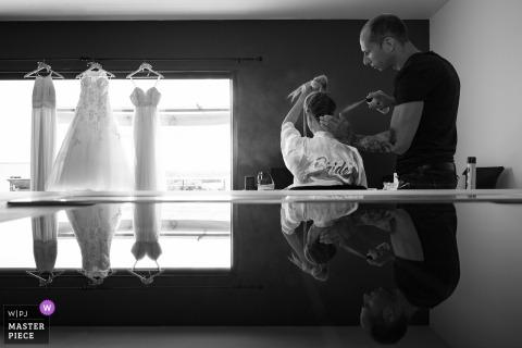 Nîmes, mariée en France se préparant ses cheveux avant le mariage