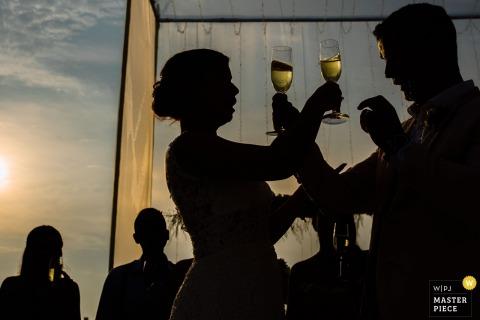Lima, Peru fotografia ślubna | Narzeczeni krzyżują ramiona z napojami na weselu