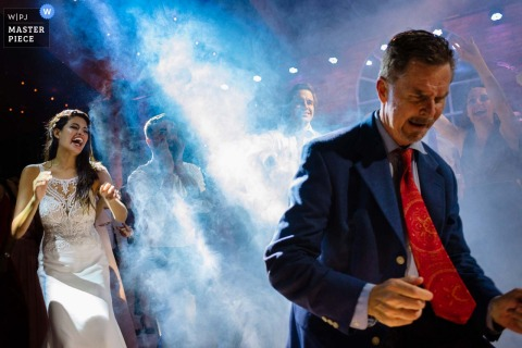 利馬,秘魯新娘和新郎在婚宴上跳舞