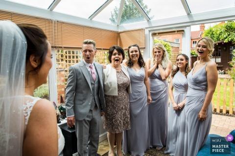 Bruidsfeest is verbluft als ze de bruid in haar trouwjurk in Northamptonshire, Verenigd Koninkrijk, zien