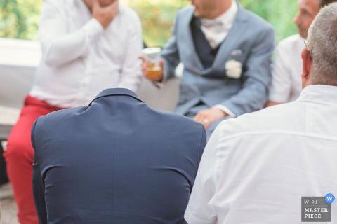 Foto im Freien von den Gästen, die den Hochzeitsempfang in Grand Est genießen