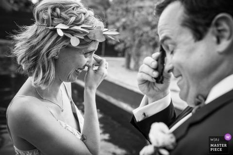 La novia y el novio se emocionan durante la ceremonia de boda en Miami, Florida