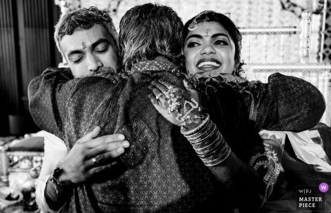 Narzeczeni przytulić gościa na weselu w Julia Morgan Ballroom w San Francisco