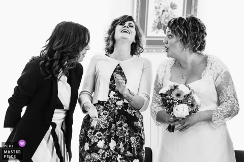 Bride with her bridemaids | Sainte Gemme / Loire wedding photographer