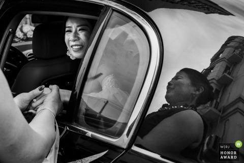 China Braut verabschiedet sich von ihrer Mutter aus dem Auto