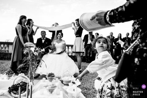 De bruid en de bruidegomglimlach van Parijs buiten bij de bruiloft
