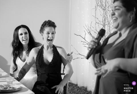 La sposa ride mentre la damigella d'onore parla al ricevimento di nozze a Phoenix, in Arizona
