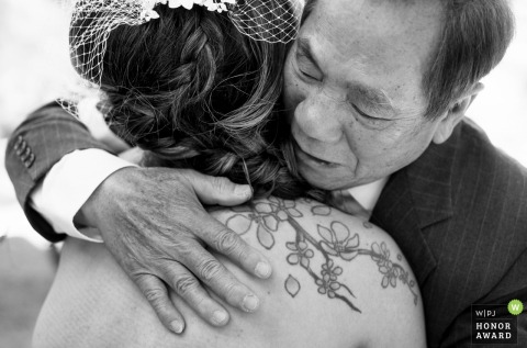 Scottsdale father hugging her daughter before the wedding | Arizona wedding photographer