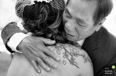 Scottsdale père embrassant sa fille avant le mariage | Photographe de mariage en Arizona