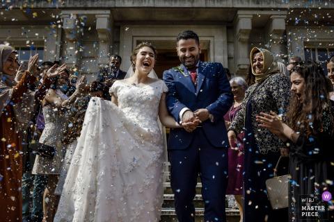Los invitados tiran arroz a los novios después de la ceremonia de boda afuera en Londres, Reino Unido