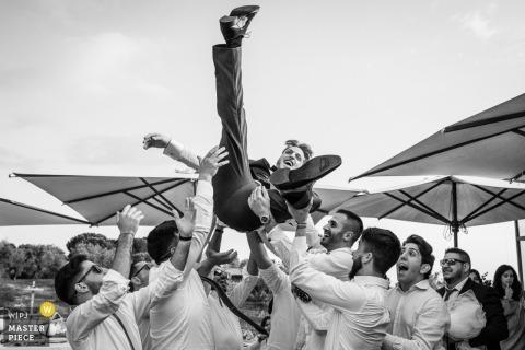De bruidegom in de lucht gelanceerd door zijn vrienden - Agriturismo Cincinnato, Cori Italië