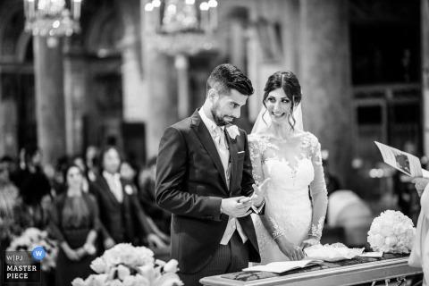 De uitdrukking van de bruidegom tijdens de ceremonie - Basiliek van Santa Maria in Aracoeli - Roma, Italië