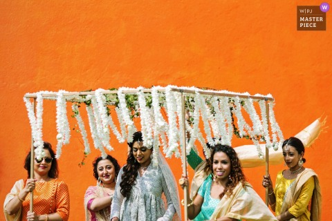 新娘的室外照片有她的女儐相的在柑橘Waskaduwa,Waskaduwa,斯里蘭卡的婚禮