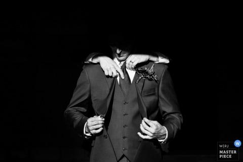 得到他的晚礼服的新郎照片在婚礼前固定在迈阿密,佛罗里达