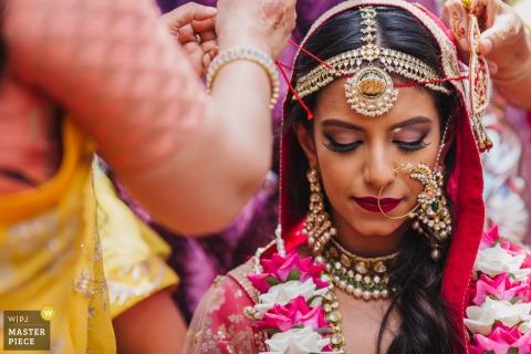 得到与她的礼服的新娘在婚礼前在迈阿密,佛罗里达