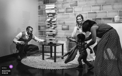 Photographe de mariage à Omaha, The Living Room - Nebraska - Le garçon qui voulait jouer à Jenga avec les futurs mariés