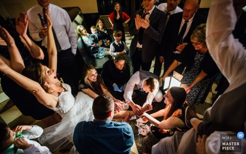 De bruid wordt omringd door de gasten bij de huwelijksontvangst in Omaha, Nebraska