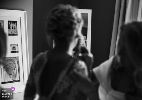 Anglia panna młoda dostaje pomoc z suknią przed ślubem