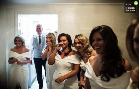 Bruidsmeisjes reageren op de bruid in Surry, Engeland