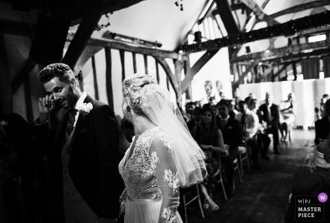 Emotional Groom voit la mariée - Emtions prend le meilleur sur le Groom - photographe de reportage de mariage en Angleterre