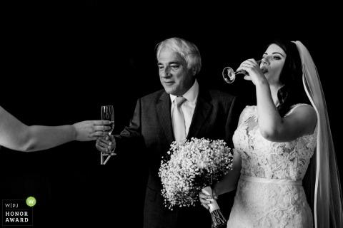 Wexford-Braut, die ihr Getränk an ihrem Irland-Hochzeitsempfang genießt