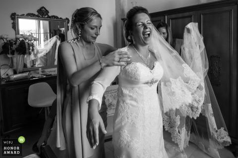 Mantova-Braut, die vor der Zeremonie fertig wird