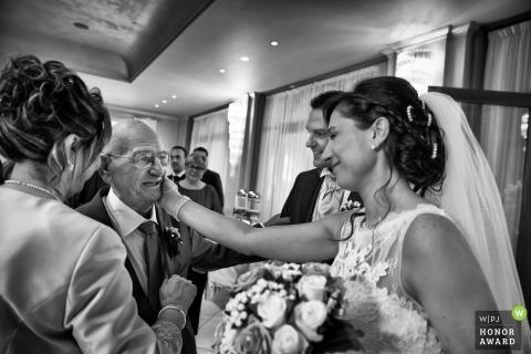 Vader lacht als hij zijn dochter in haar jurk ziet Ancona Huwelijksfotografie