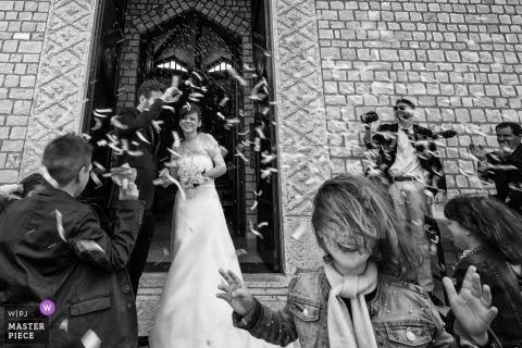 Marche goście gratulują młodej pary po ceremonii ślubnej