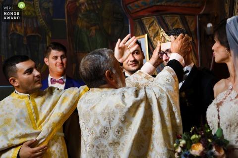 El novio de Rumania tiene una corona puesta en su cabeza durante la ceremonia de boda de Slatina