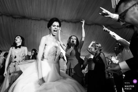 Novia bailando y cantando con invitados en la recepción de boda en Slatina, Rumania