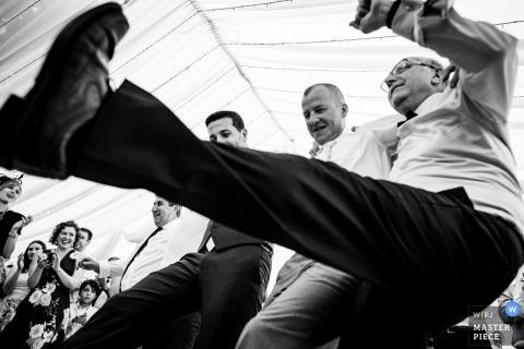 Photo d'invités et du marié dansant ensemble à la réception de mariage à Londres, Royaume-Uni