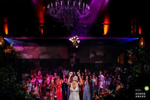 Casa Valduga - Bento Gonçalves - Rio Grande do Sul | the bride tossing the bridal bouquet