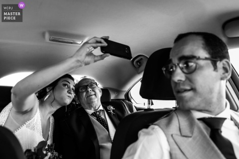 Ubeda bride takes a selfie with her father in the car at the wedding