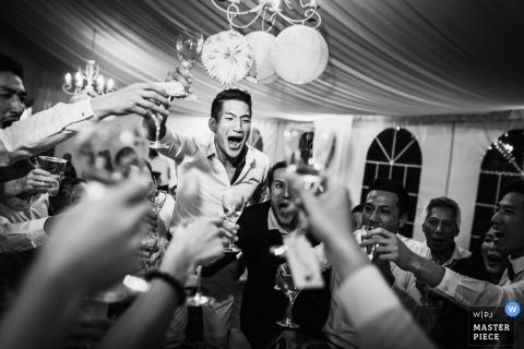 Bruids partij die van dranken geniet bij de huwelijksontvangst in Parijs - Frankrijk