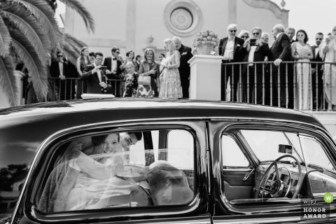 Les mariés de Malaga entrent dans la voiture après le mariage