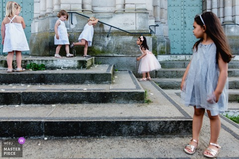 Little girls on the stairs - Eglise Saint Laud wedding photographer