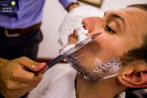 Groom shaving before the wedding - București Wedding Photography